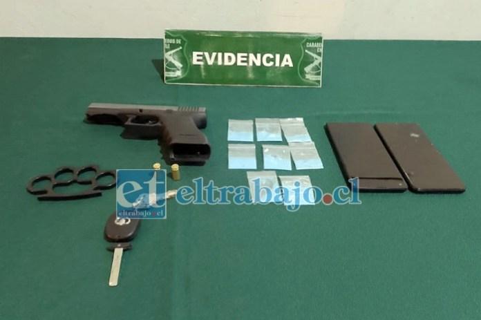 Pistola modificada, droga, manopla y los celulares encontrados al interior del automóvil.