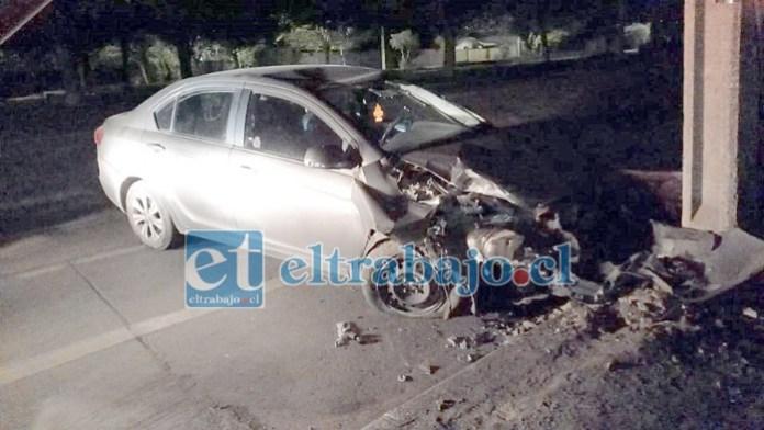 El automóvil, con sus placas patentes cubiertas, terminó estrellándose contra un árbol al intentar escapar.