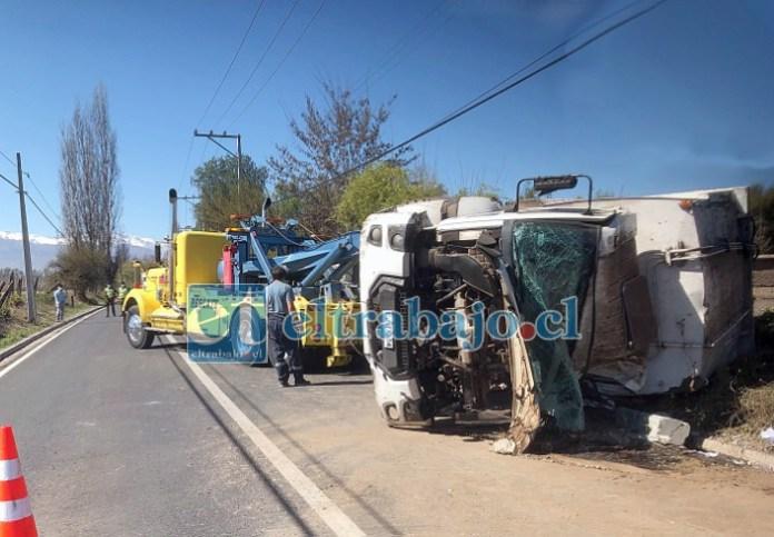 DESPEJANDO LA VÍA.- Tras  controlada la emergencia, se esperó la llegada de una grúa de alto tonelaje para poder sacar el camión de la situación en la que se encontraba.