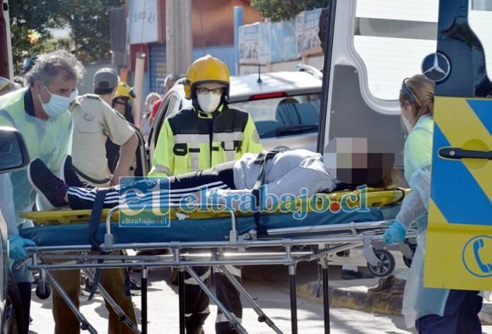 MUJER LESIONADA.- Las cámaras de Diario El Trabajo registran el momento del traslado de esta paciente desde su vehículo impactado a la ambulancia del SAMU.