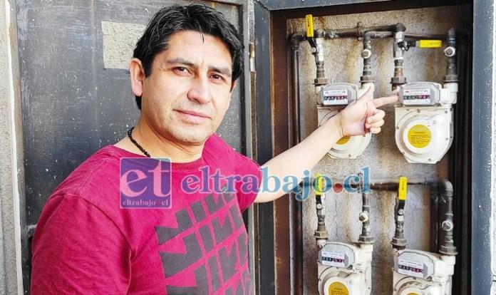CERRADO A TIEMPO.- Un técnico de la empresa Abastible debió cerrar inmediatamente este pequeño medidor del departamento de don Jaime Chávez, para evitar una tragedia sin precedentes.
