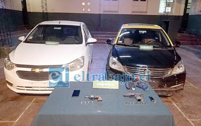 Los dos automóviles recuperados por personal de Carabineros.