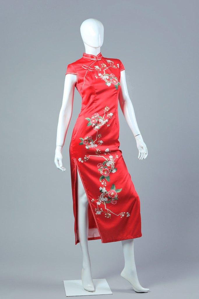 vestido recto con tajo lateral en la pierna, de fondo rojo con estampado de diseño florales