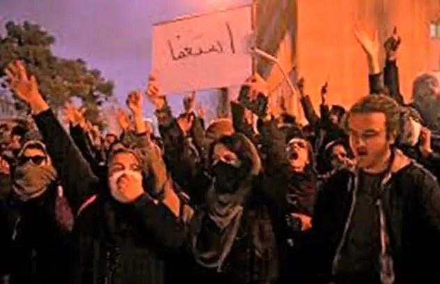 Multitudes de iraníes permanecen en las calles