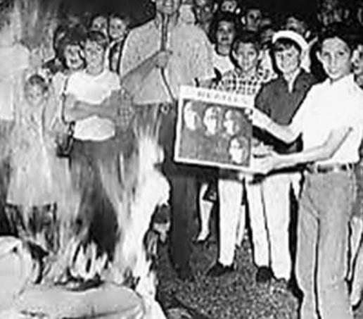 """El escándalo de los Beatles """"más populares que Jesús"""" protestas"""
