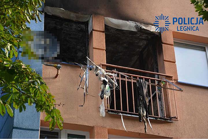 Uratowali życie dwóm mężczyznom uwięzionym w płonącym mieszkaniu