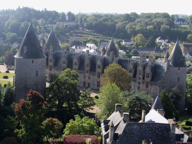 Vista del castillo desde la torre de la Catedral de Josselin