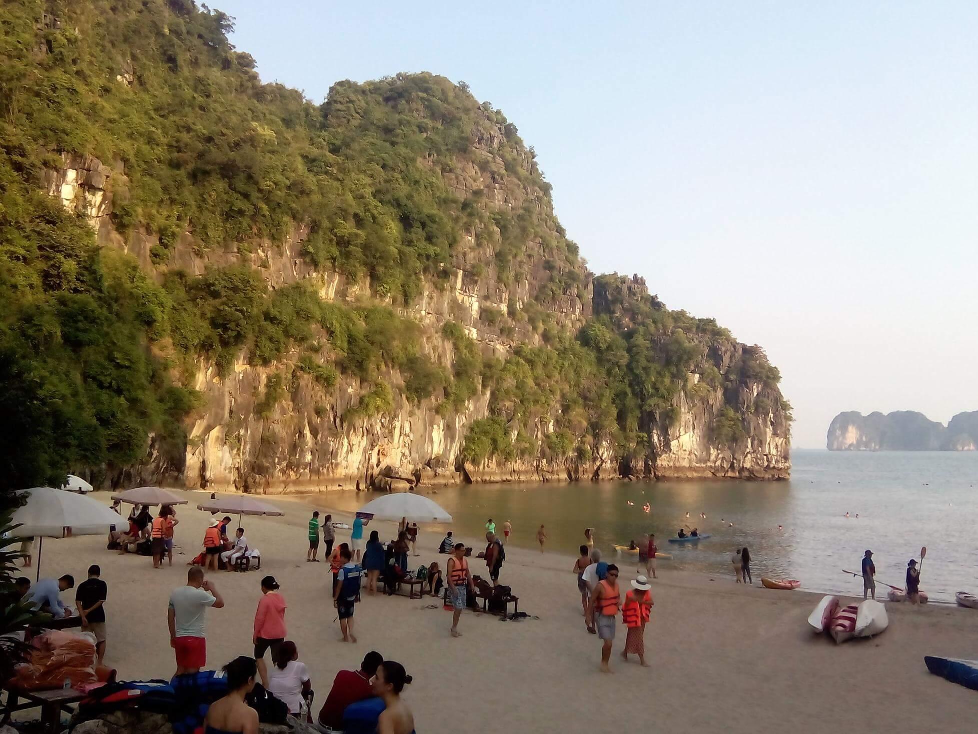 Baño en las aguas de Halong Bay en Vietnam