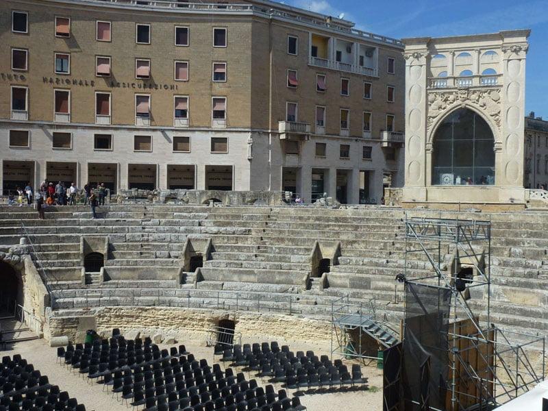 Anfiteatro romano y Sedile al fondo en Lecce