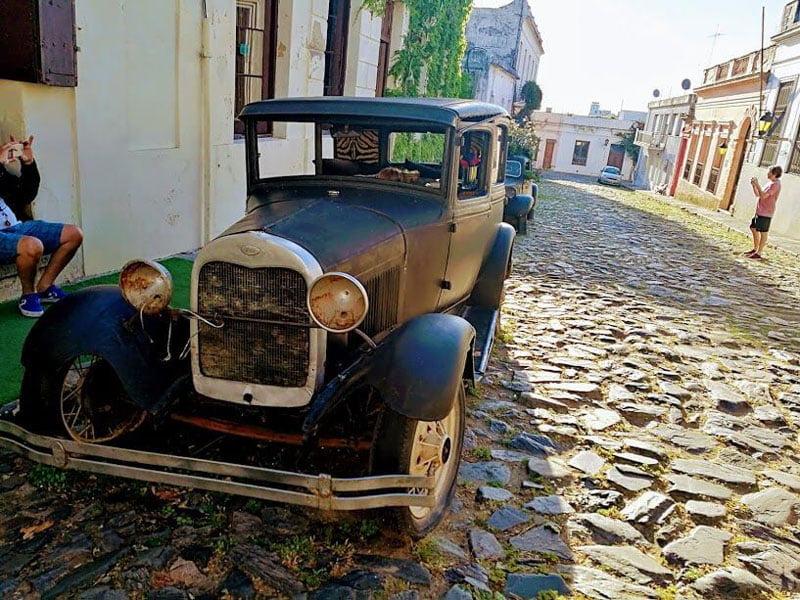 Auto en el casco antiguo de Colonia