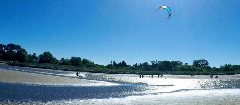 Practicando Kitesurf en el Río de La Plata