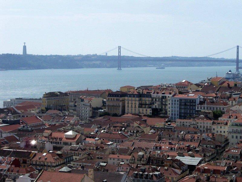 Panorámica de Lisboa y al fondo el puente 25 de abril