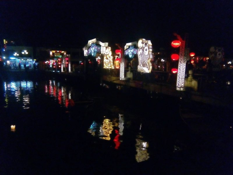 Puente iluminado y deseos flotando en el río