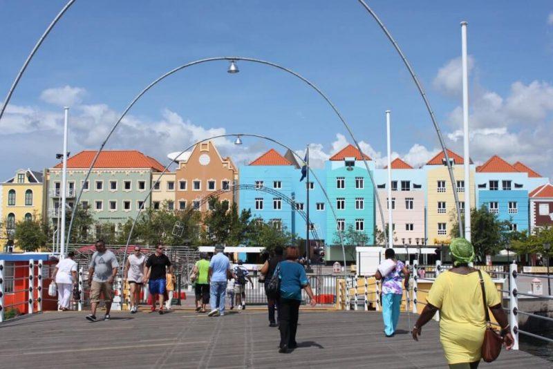 Paseando por el puente Emma de Curaçao