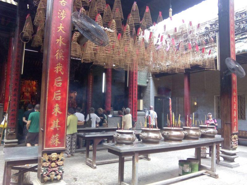 Dentro del templo de Saigón en Vietnam