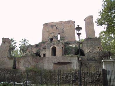 1200px-Piazza_Vittorio_Trofei_di_Mario_9511-06