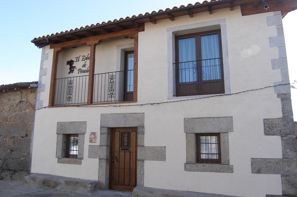 Fachada de la casa rural El Zahorí en Pinedas