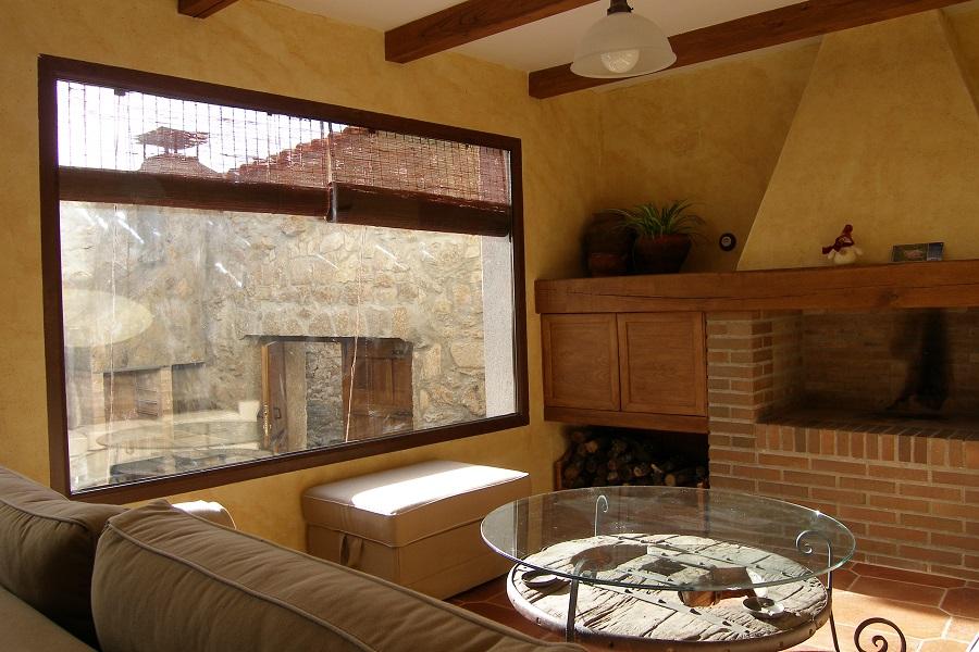 El salón y la luz natural del ventanal