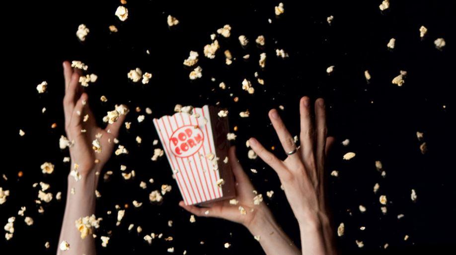 colar comida en el cine