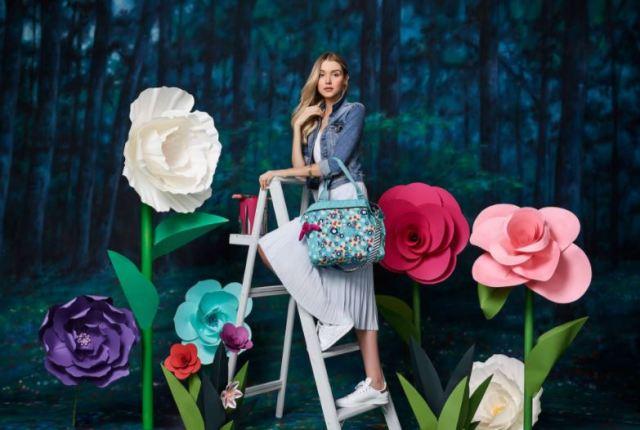 Kipling x Alice in Wonderland, la nueva colección que te lleva a un mundo fantástico