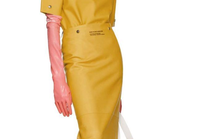 Llegan los guantes para fregar con estilo de Calvin Klein