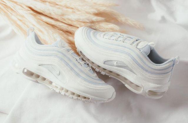 Renovadas las Nike Air Max 97 blancas con ondas de color azul claro