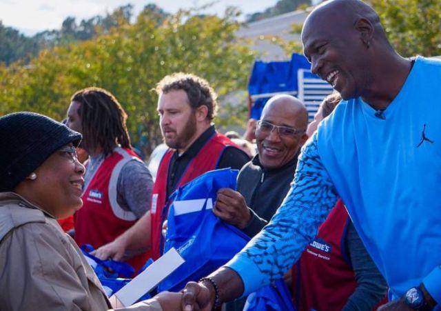 Nuevas donaciones de Michael Jordan: reparte zapatillas y cenas de acción a las víctimas del huracán
