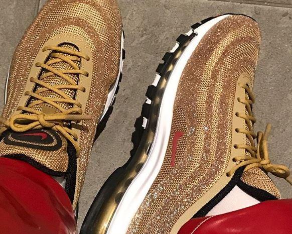 Las Nike Air Max 97 Metallic Gold aparecen envueltas en cristales Swarovski