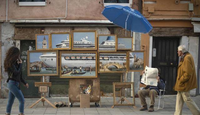 Banksy se infiltra con una instalación 'Venice in Oil' en la Bienal de Venecia 2019
