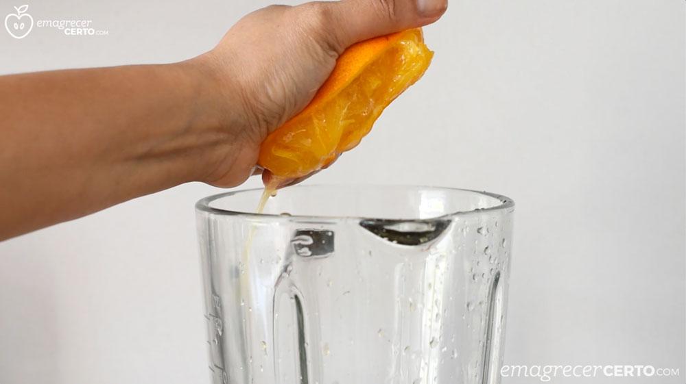 Suco de cenoura laranja e gengibre - espremendo a laranja