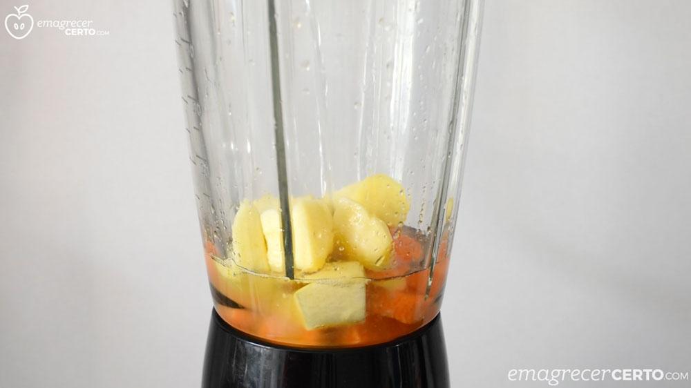 Suco de cenoura laranja e gengibre - ingredientes no liquidificador
