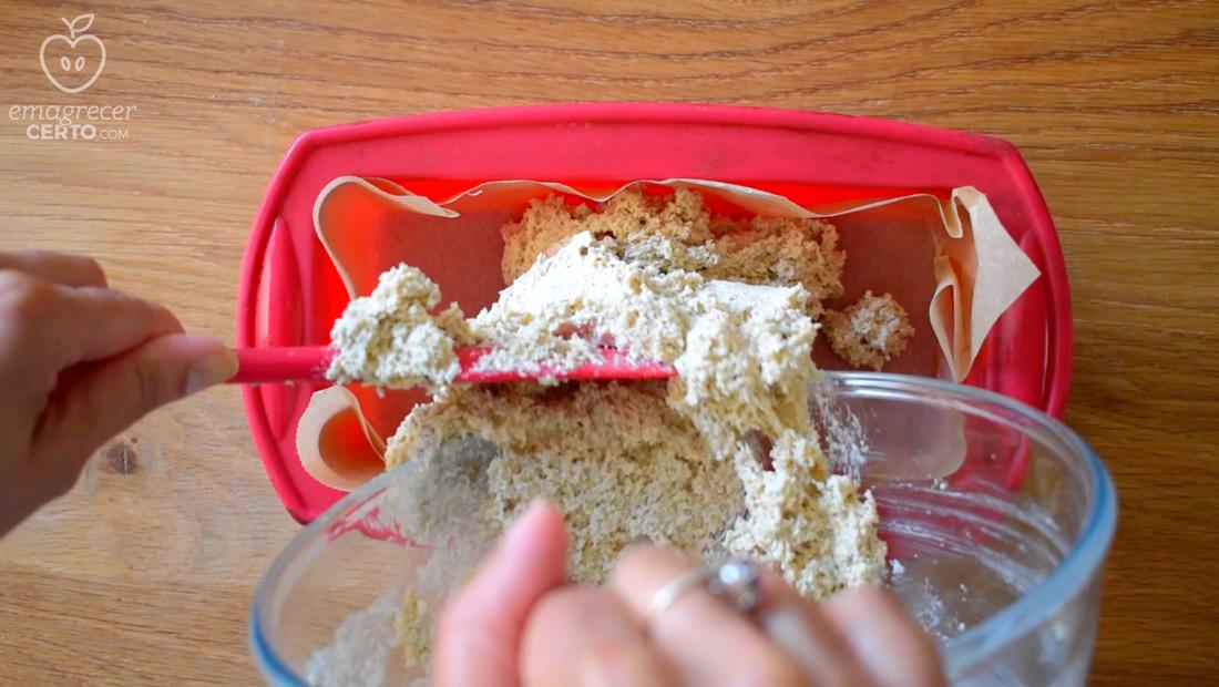 Pão de aveia saudável do blog Emagrecer Certo - colocando massa na forma