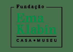"""Logo da Fundação Ema Klabin: Acima está escrito """"Fundação"""", no centro os dizeres """"Ema Klabin"""" em tamanho maior na cor verde, abaixo como sub-título """"Casa-Museu"""""""