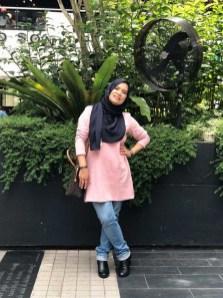 Blogger Kak Azni nampak sweet dengan warna Sakura Pink