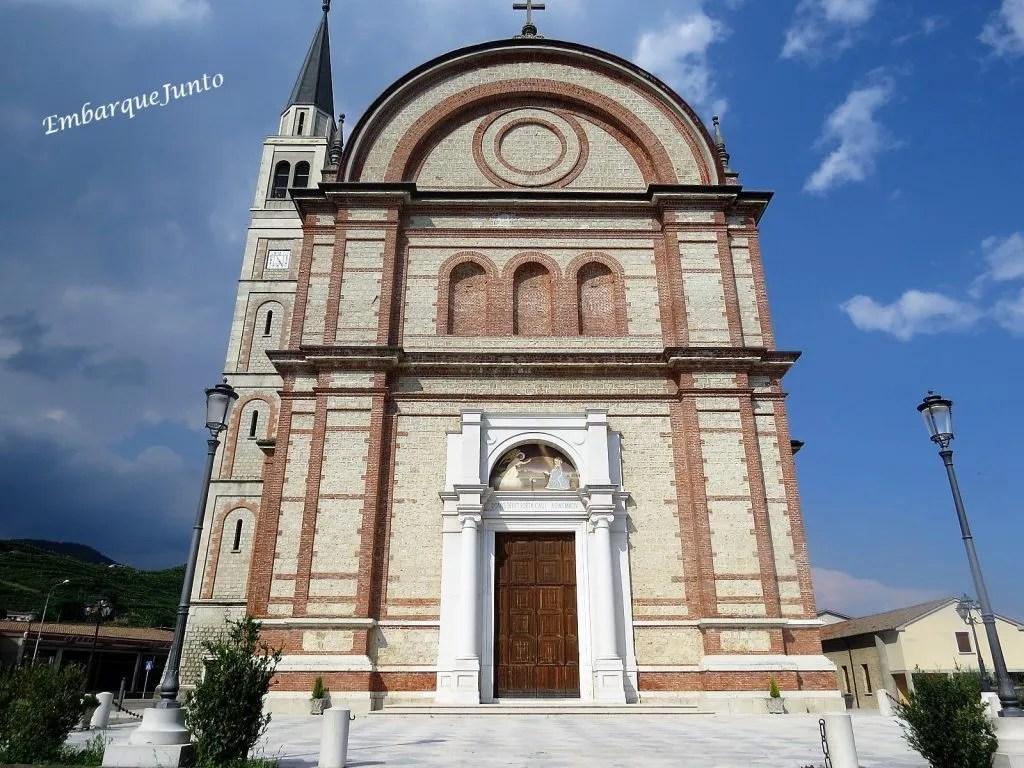 Igreja Col San Martino em estilo Lombard. Na fachada ocidental há uma porta central com um afreco acima