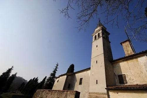 Capela de São Gallo em Soligo. Na fachada oriental, bem simples, ergue-se uma torre sineira adornada com coruchéu.