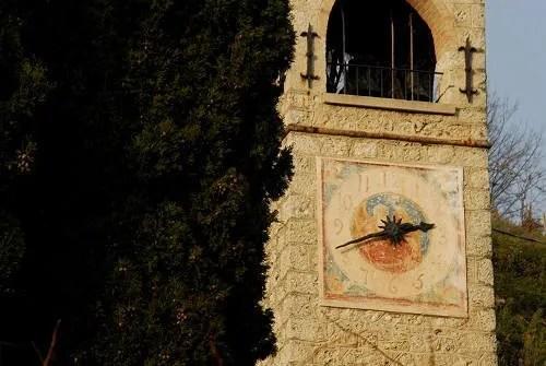 Torre sineira em forma neorromântica. Muito digna e de bom gosto. Logo abaixo do sino há um relógio sobre um afresco.