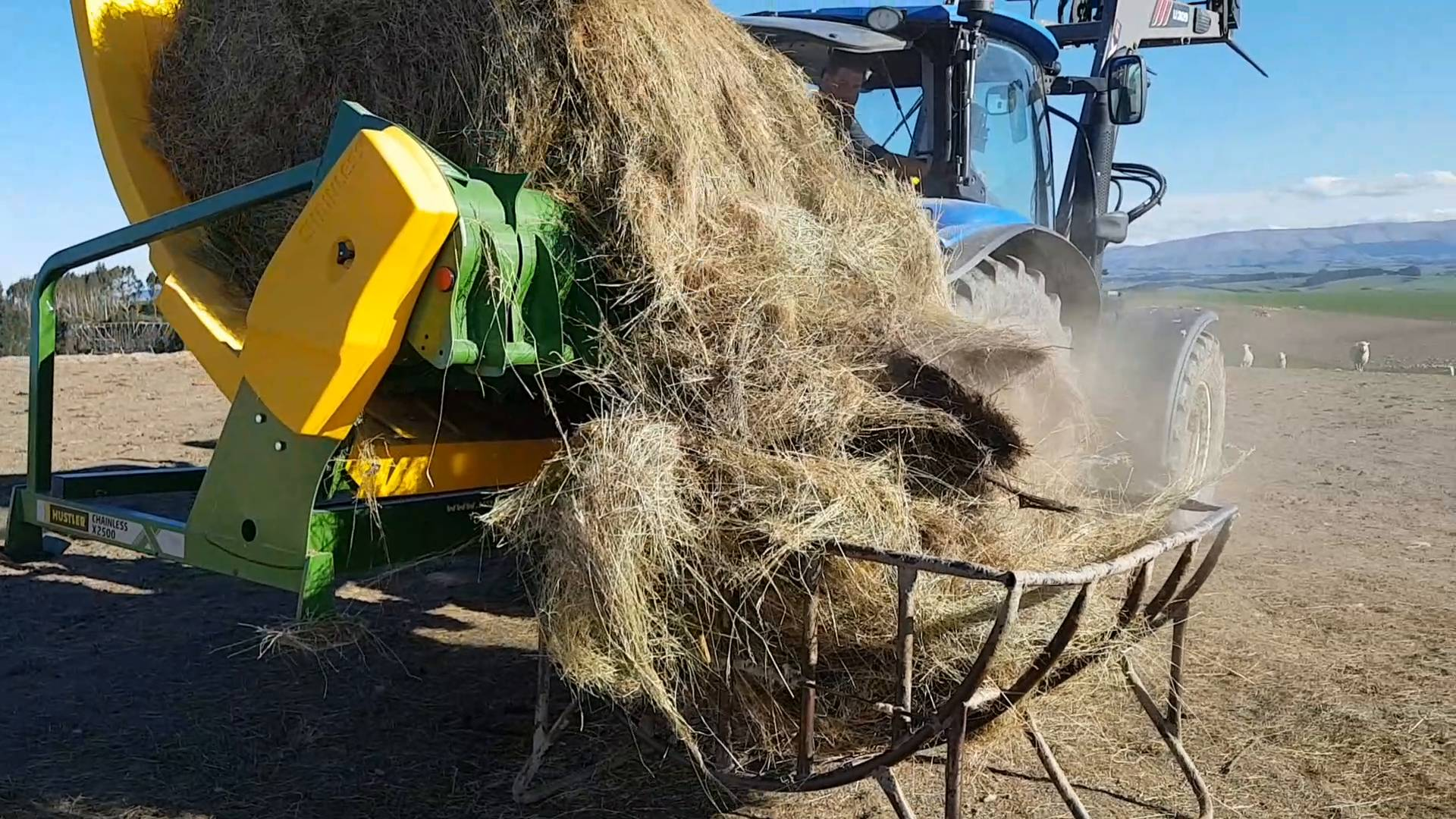 Wistia video thumbnail - Chainless X2500 round and square bale feeder loading hay racks, Balclutha