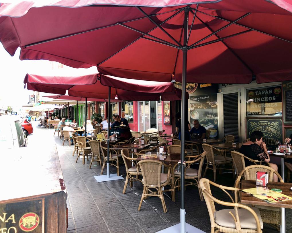 Emigreren Gran Canaria - Restaurant review - Tapas eten bij El Picoteo in San Fernando - Terras van El Picoteo San Fernando