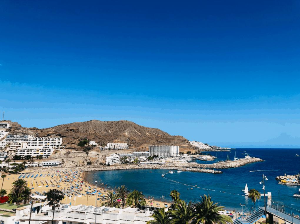 Strand en baai van Puerto Rico op Gran Canaria