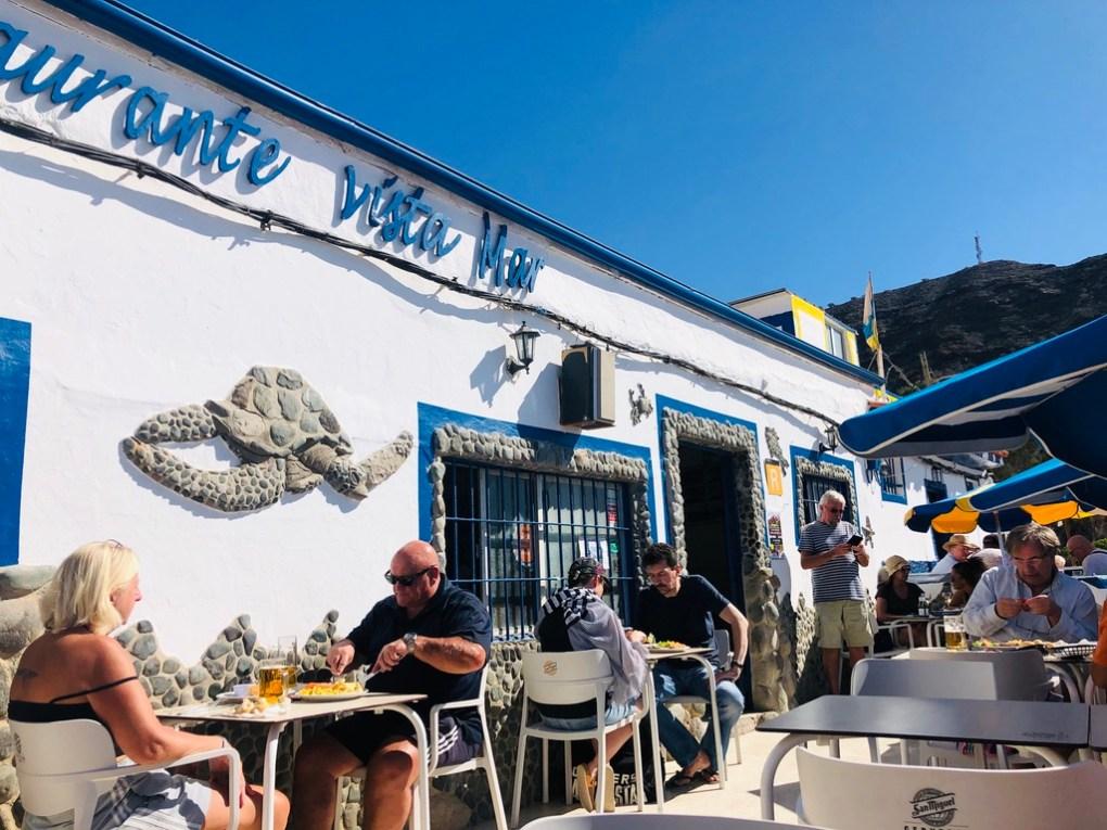Eilandvibe mensen aan het eten bij restaurant vista mar in tauro op gran canaria