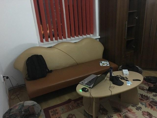 Canapeaua si masa mea de lucru
