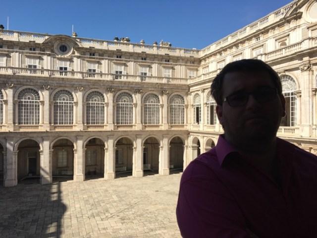 Din interiorul palatului se vede foarte fain curtea :)