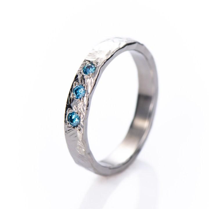 Takopintainen Kallio sormus kolmella sinisellä timantilla