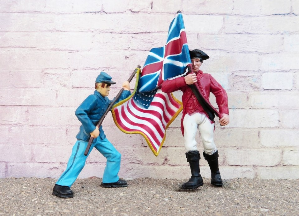 figurines of American and British soldiers in 1776