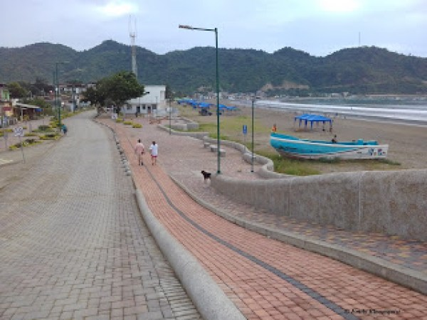 Puerto Lopez malecon walking path
