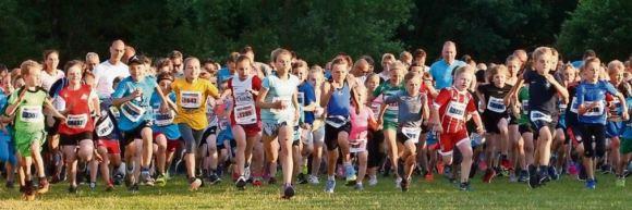 Der Startschuss für den ersten Lauf des Abends, der Mini-Lauf über 1.000 Meter, ist gefallen. Nach 3:09 Minuten war Levin Eickhoff vom TV Lilienthal als Erster im Ziel. © Foto: Krause