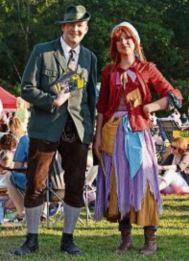 Die kleine Hexe (rechts) und der Revierförster von der Freilichtbühne Lilienthal. © Foto: Krause