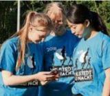 Sophie, Bettina und Kate (von links) aus Windershusen bei Selingen schauen sich auf dem Handy vorab schon mal die Strecke an. © Foto: Krause