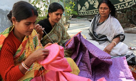 Master artisans part of SHE working on Kantha embroidery